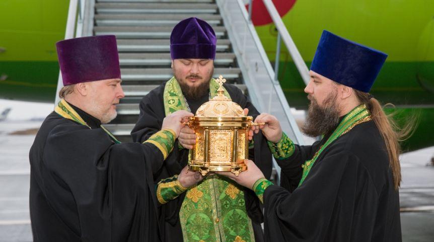 ВОмск доставили мощи святой Матроны Московской