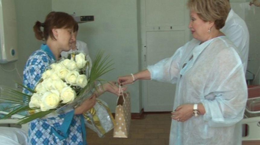 Первого ребенка, родившегося вдень 300-летия Омска, поздравили отимени Назарова