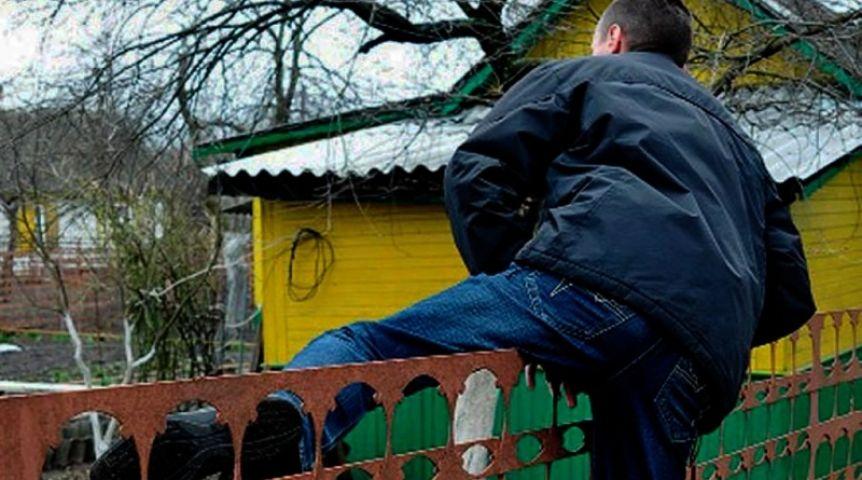 ВОмске задержали серийного дачного вора, кравшего электроинструменты исеребро