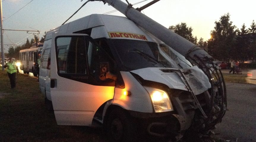 ВОмске пассажирская маршрутка снесла столб ЛЭП