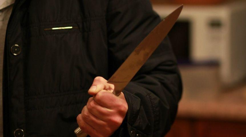 Омич впроцессе застолья получил удар ножом вгрудь