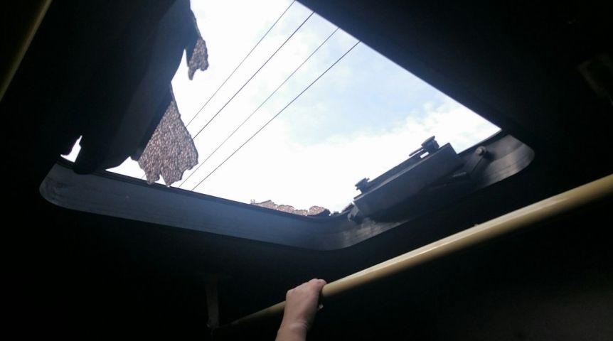 Водной изомских маршруток лопнуло стекло люка, есть пострадавшие