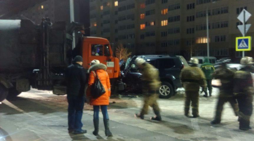 Утром вОмске КамАЗ врезался в«Ленд Крузер»