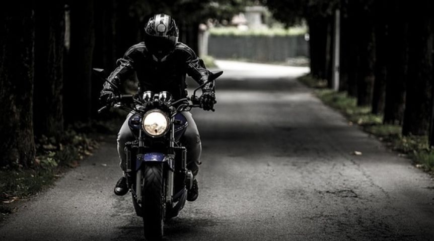 Омич выплатит 1,5 млн. засбитого мотоциклиста спассажиром