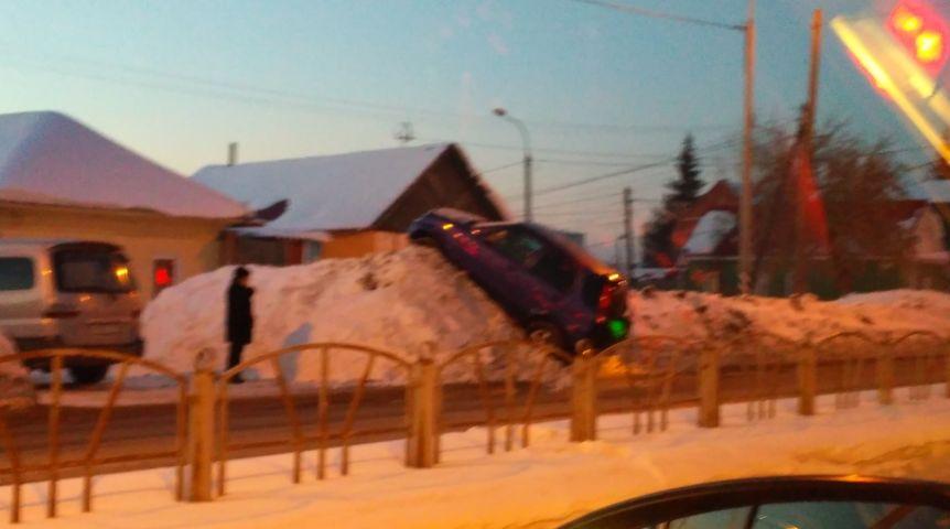 ВОмске наОрджоникидзе иностранная машина вылетела всугроб