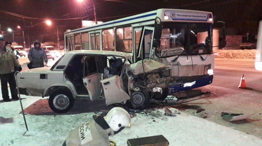 В Омске один человек погиб и 10 пострадало при столкновении автомобиля с автобусом