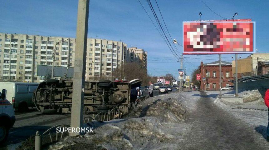 Вцентре Омска перевернулся микроавтобус сгробом человека