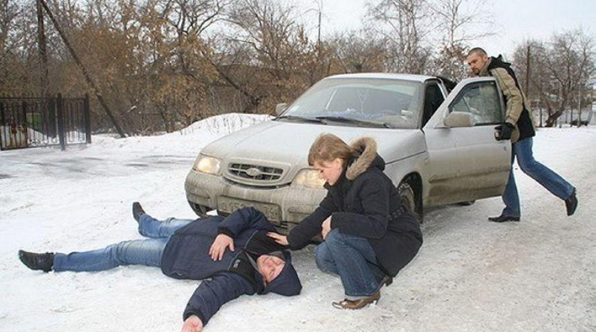 Натрассе под Омском машины два раза сбили пешехода