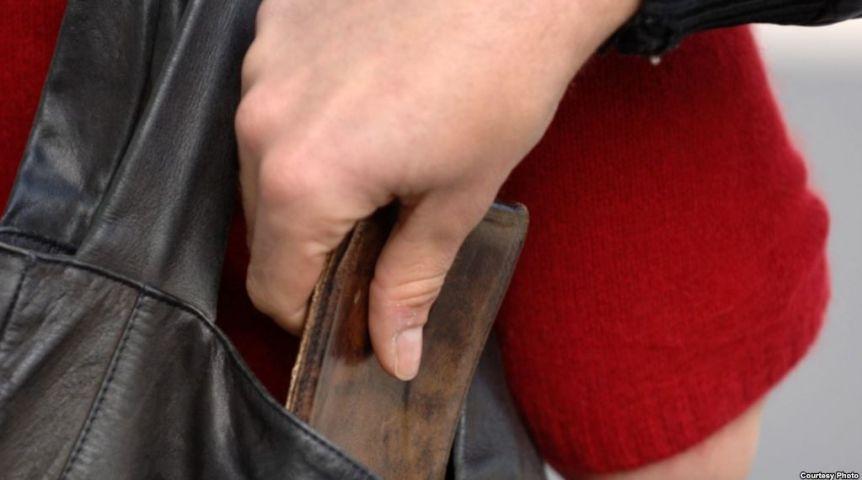Уомички вочереди вытянули кошелёк спомощь пинцета