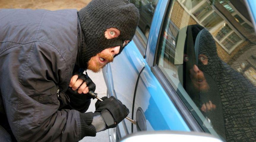 ВОмске рабочий СТО угнал машину усвоего начальника