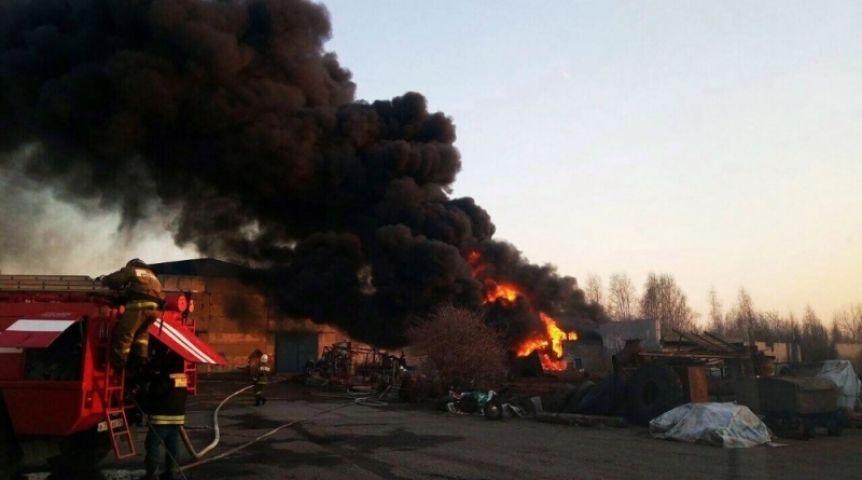 Омские пожарные потушили пылающий склад лакокрасочной продукции