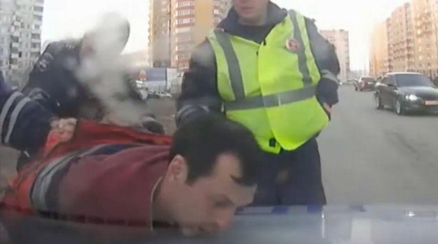 Омские полицейские задержали пьяницу, выпрыгнувшего изавтомобиля находу