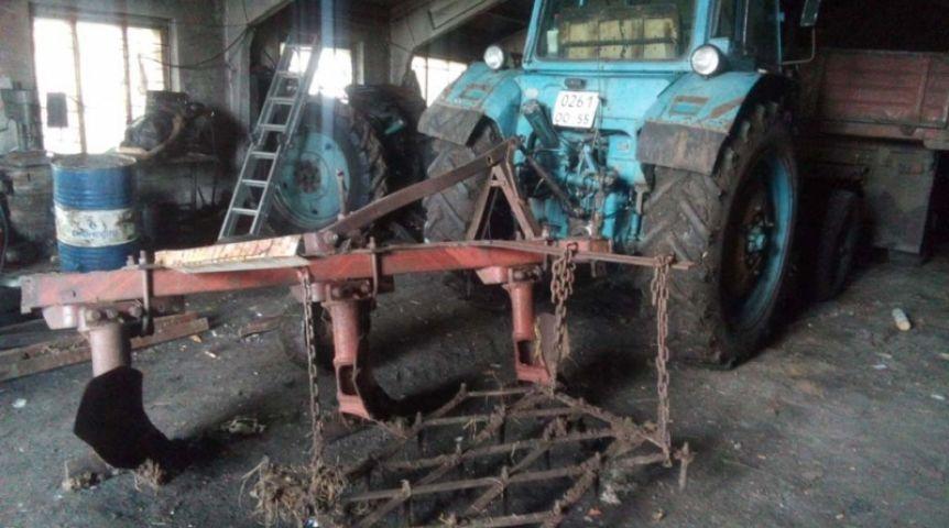 Омич угнал трактор, чтобы вспахать огород, однако разрушил дорогу