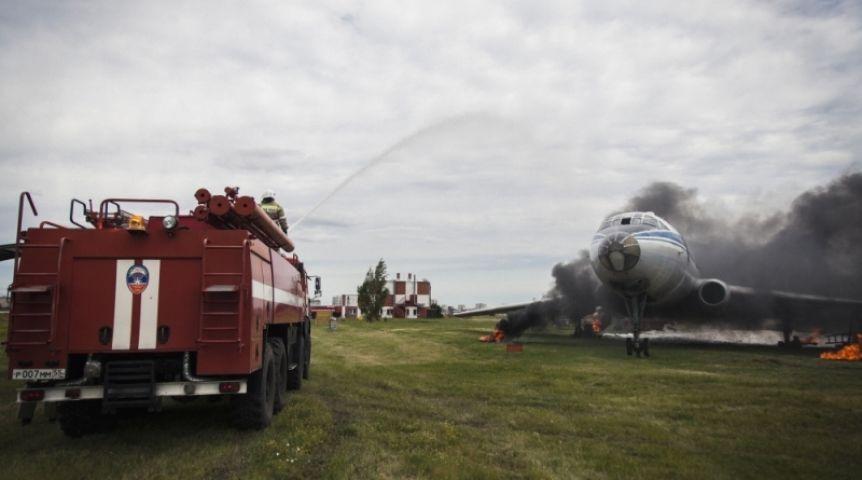 Пожарные подожгли самолёт для учений вОмске
