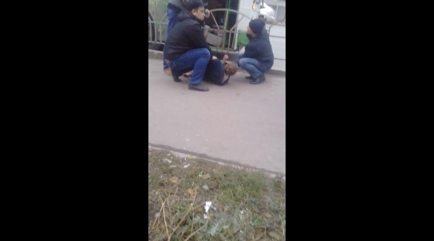 ВСеть попало видео задержания неадекватного водителя автобуса вОмске