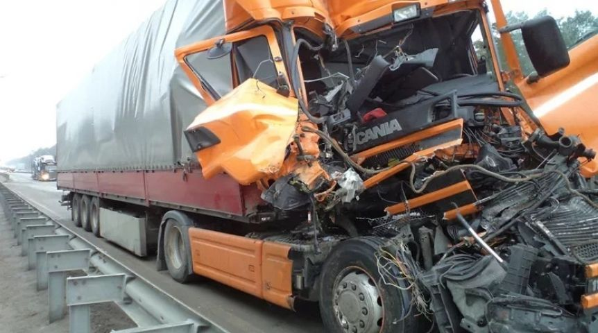 Натрассе «Омск-Тюмень» нетрезвый шофёр большегруза влетел в легковую машину