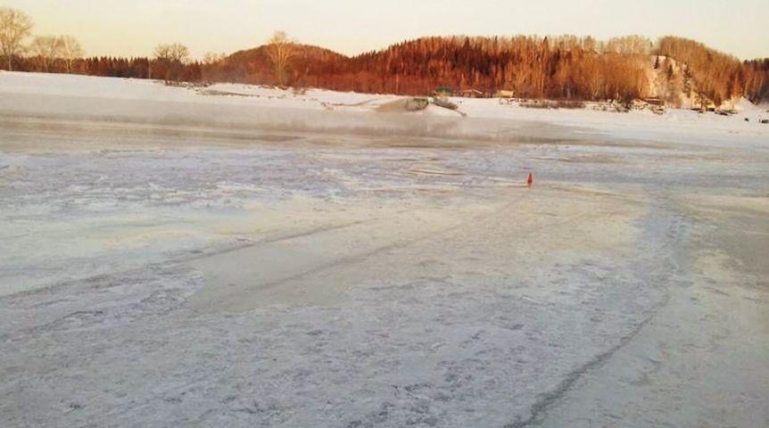 60fbf72c287a32cfc8edec06ccc192f7 Шофёр нарушил правила безопасности. ВОмской области легковой автомобиль провалился под лед