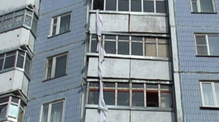 Запертая матерью пенсионерка пробовала  опуститься  с 3-го  этажа попростыням