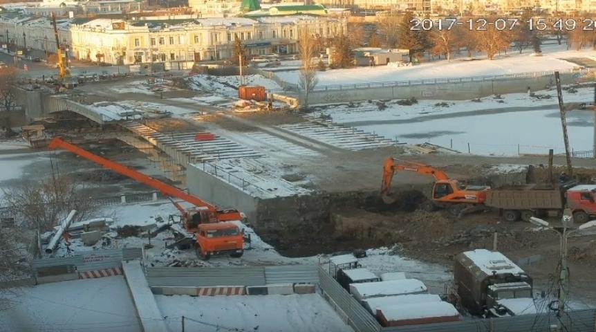 Ремонтники Юбилейного моста отыскали  неопознанный закопанный объект