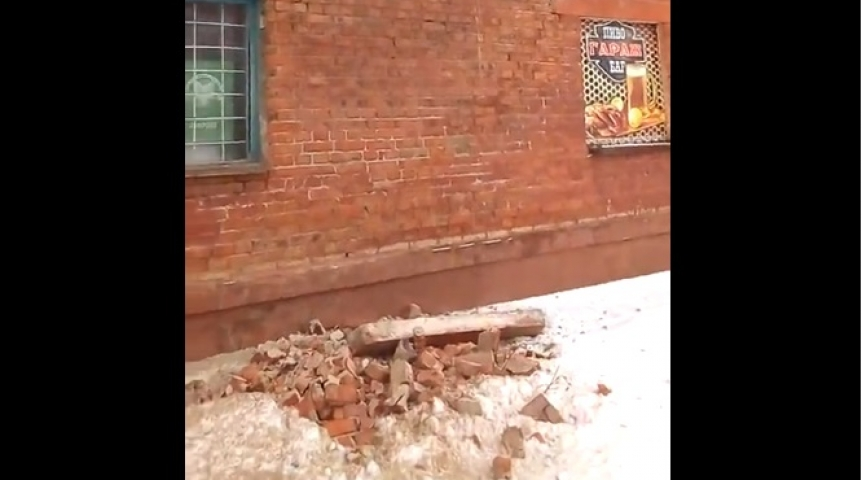 Вомском общежитии обвалился кусок стены